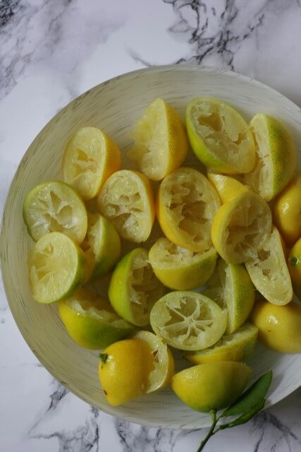 לימונים ננסיים אחרי סחיטה, תיכף המיץ שלכם יהפוך ללמון קארד מושלם.