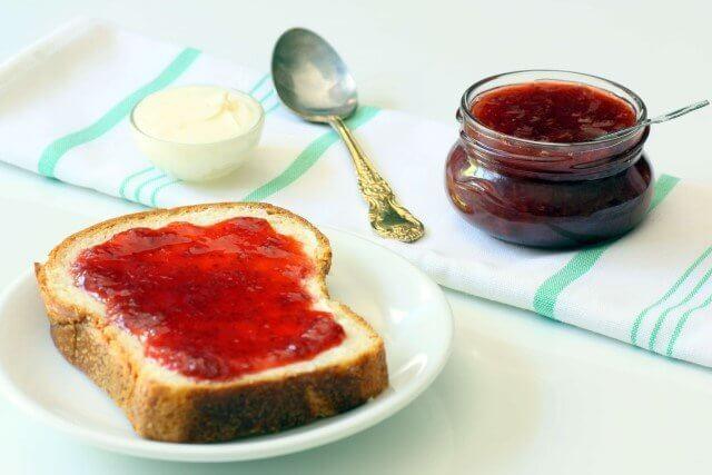 פרוסת חלה ועליה ריבת תותים ביתית