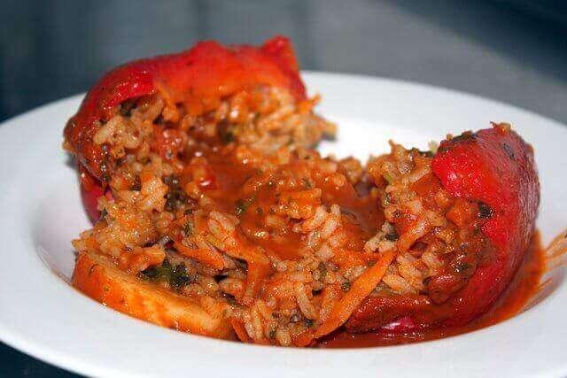 פלפלים ממולאים באורז וירקות טבעוניים