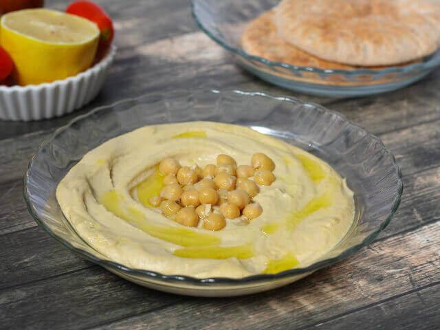ממרח חומוס ביתי עם גרגירי חומוס ופיתות מקמח מלא