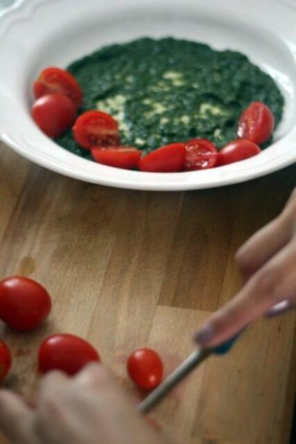 צלחת עם רוטב פסטו ועגבניות שרי חצויות