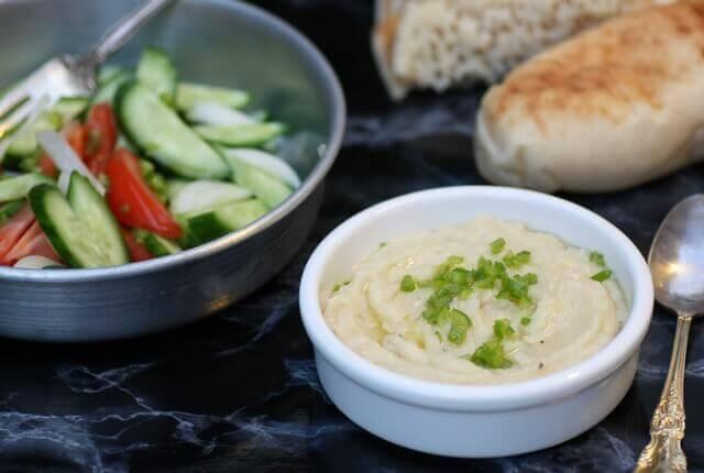 ממרח שעועית לימה טבעוני, קצת ירקות חתוכים, פיתה ואתם מסודרים...