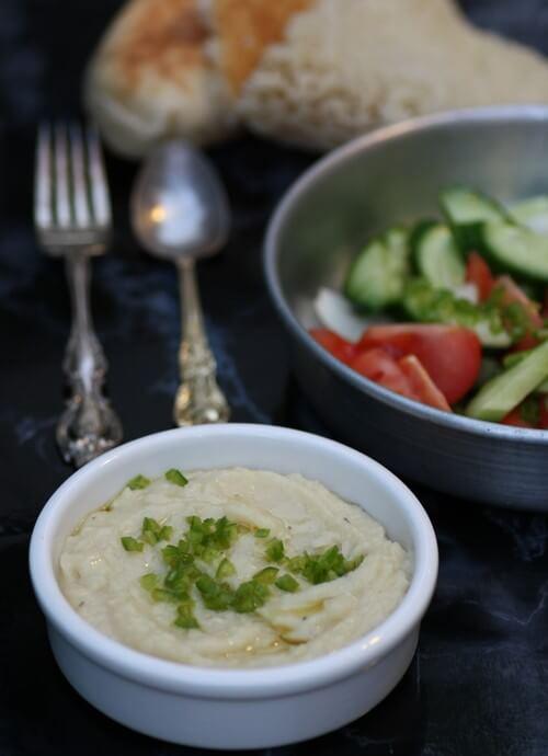 ממרח שעועית לימה, ירקות חתוכים, פיתה וזה הכל. ארוחה שלמה.