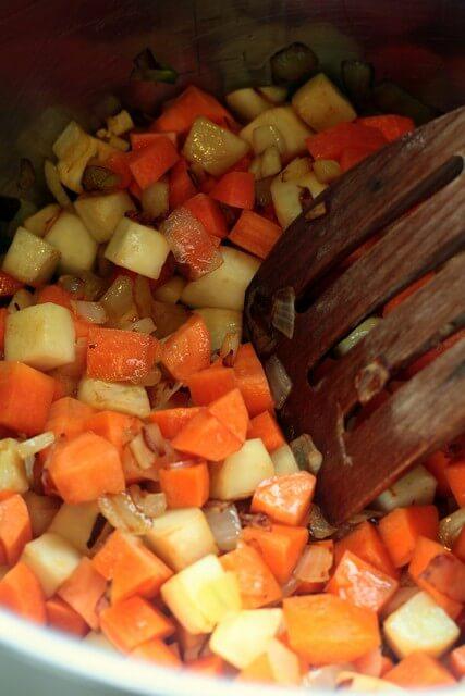 בצל, גזר ותפוחי אדמה בסיר