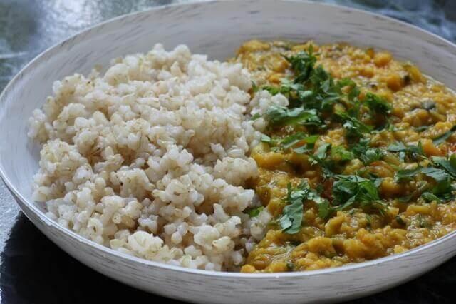 צלחת עם אורז מלא ודאל עדשים כתומות